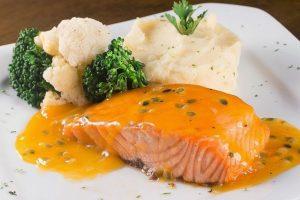 Cách làm cá hồi áp chảo sốt cam
